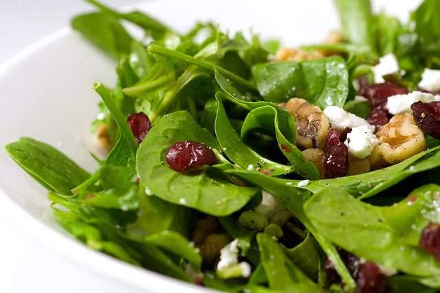 Червоне італійське вино з фруктовим букетом найкраще пасує до цього салату