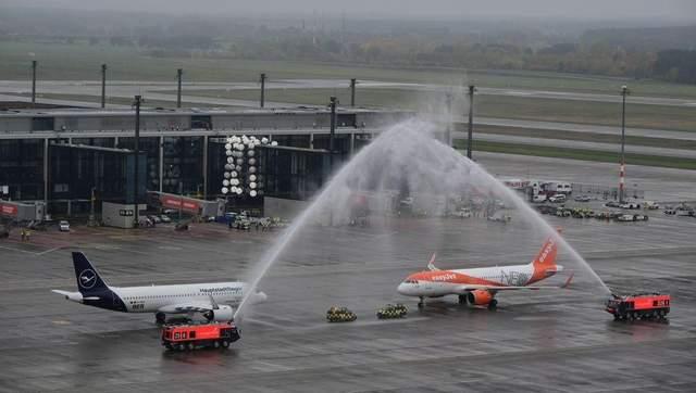 Перші літаки вже приземлилися в аеропорту