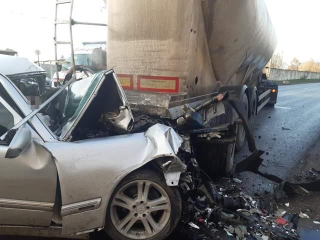 На Львівщині Mercedes Benz зіткнувся з автопоїздом: загинули 2 людей – фото