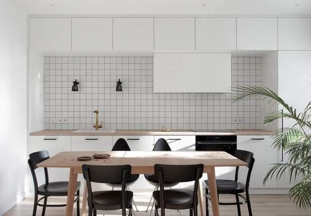 В квартире светлая кухня с белой керамической плиткой