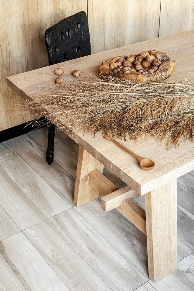 Стол сделан из натурального дерева