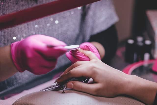 Покриття нігтів лаком