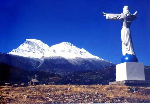 Статуя Христа-спасителя у місті Юнґай