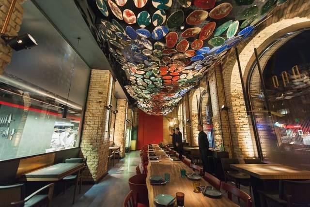 Инсталляция на потолке привлекает внимание