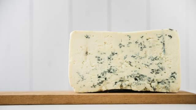 Спробуйте подавати напівсолодке ігристе вино до гострого сиру з пліснявою