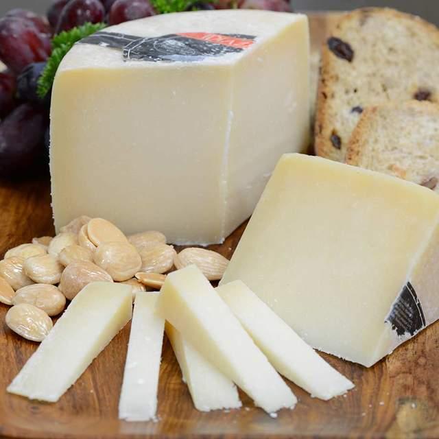 До овечих сирів добирайте вина з високою кислотністю, відчутними танінами та інтенсивним, насиченим смаком