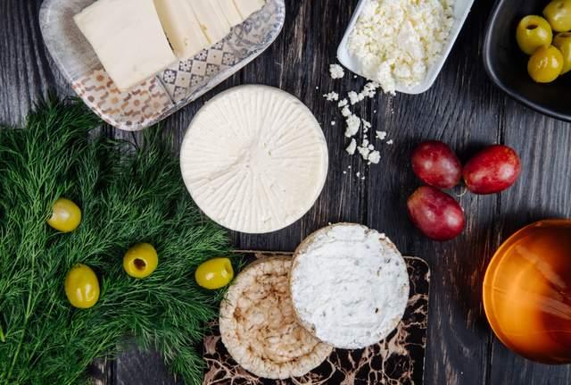 Сухі та кислотні білі вина добре підкреслюють смак козячого сиру