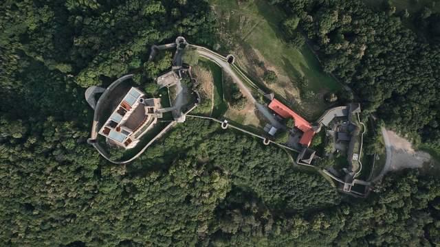Замок класично розташований на підвищенні / Фото Archdaily