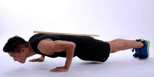 Віджимання допомагають тренувати м'язи кора