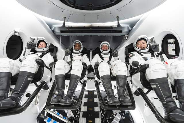 Астронавти в кабіні Crew Dragon