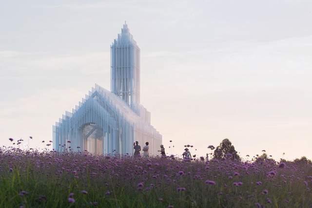 Церковь привлекает внимание посетителей парка
