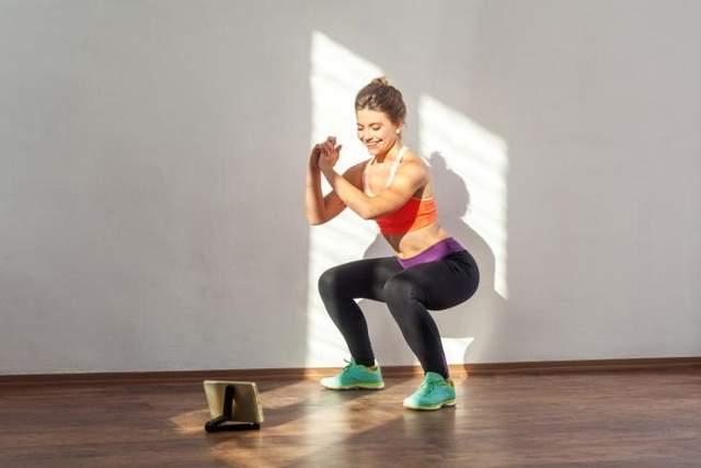 Приседания тренируют мышцы ног