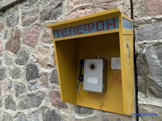 Цей телефон – експонат виставки / Фото Укрінформ