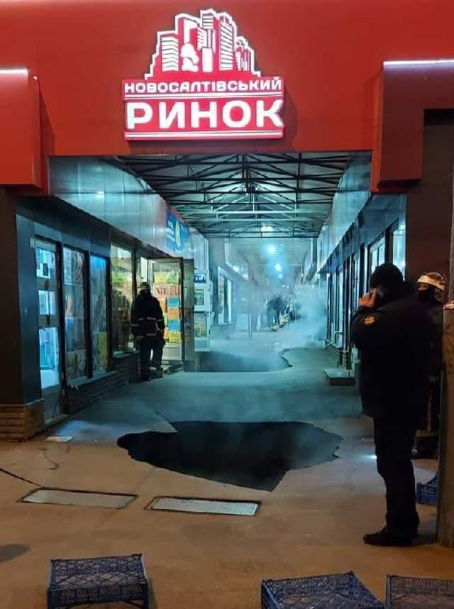 яма на Новосалтівському ринку в Харкові