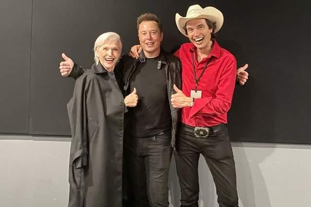 Ілон Маск з братом та матір'ю