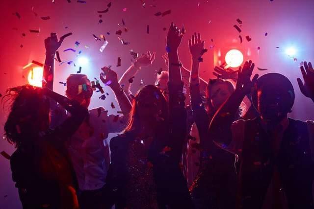 Вечеринки нарушают режим сна и способствуют набору веса