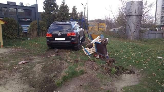У Львові п'яний поліцейський на позашляховику розніс дитячий майданчик: фото