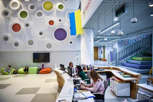 В школе есть разные мастерские и лаборатории
