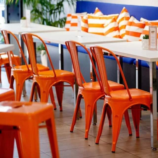 Металлические стулья ярких цветов