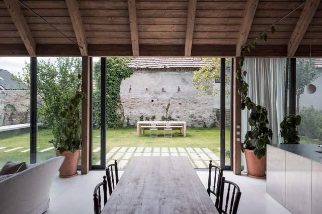 Стеклянные стены создают великолепную панораму