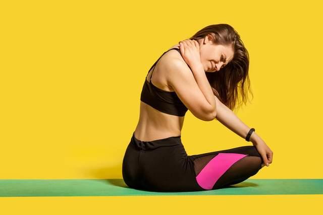 При стресі м'язи плечей і шиї перенапружуються
