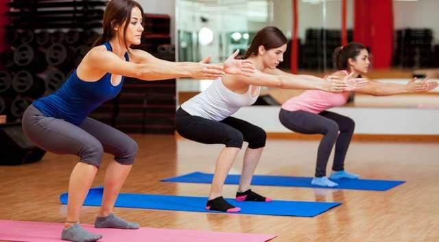 Приседания - одно из самых популярных упражнений против целлюлита