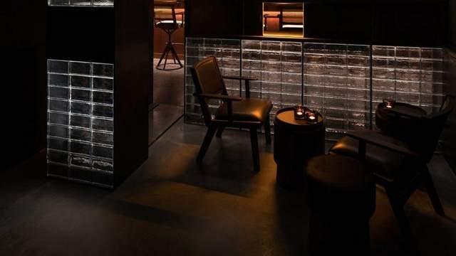 В баре расслаблена и таинственная атмосфера