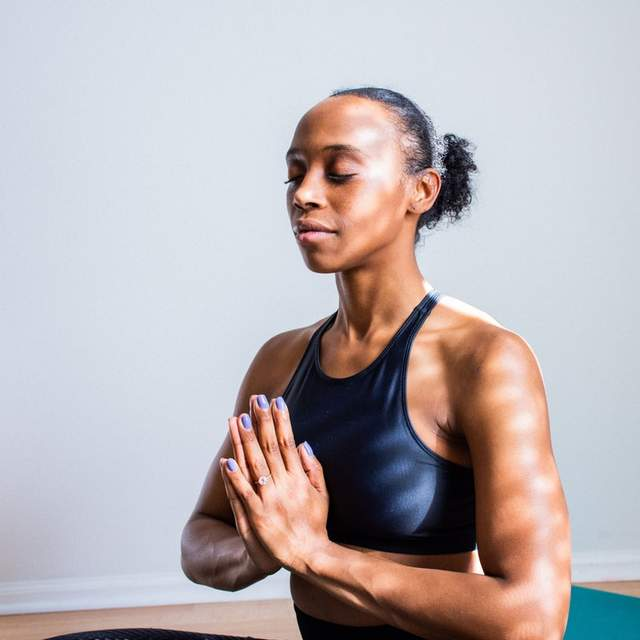 Приділіть кілька хвилин вранці для йоги та медитації
