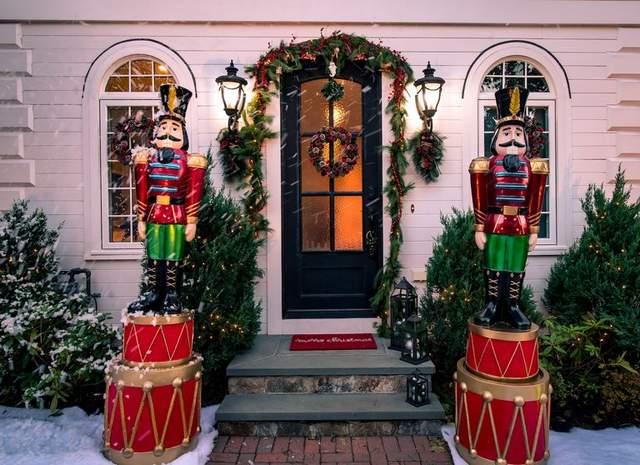 Скульптуры Щелкунчиков у входа в дом