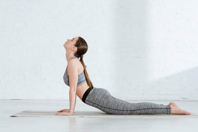Поза кобры тонизирует мышцы спины