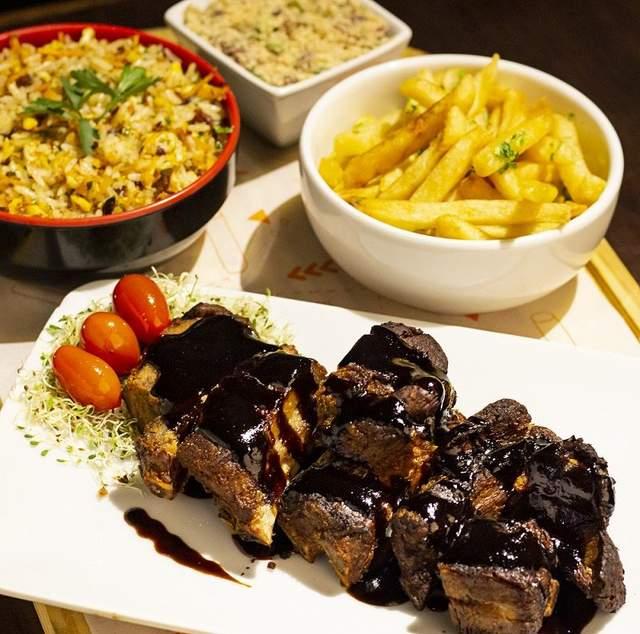 Жирне м'ясо з приправами та картопля-фрі - не найкраще рішення для закуски