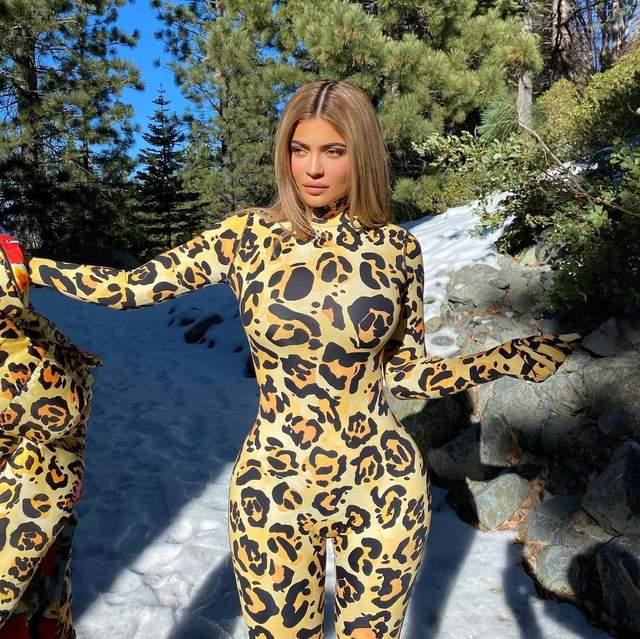 Кайлі Дженнер у леопардовому комбінезоні