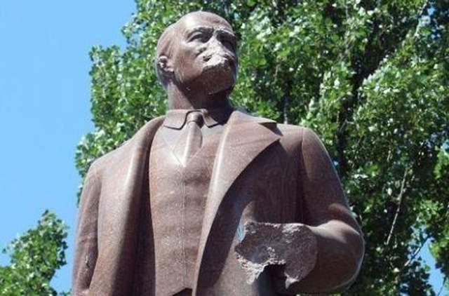 Пам'ятник Леніну в Києві пошкодили 2009 рік фото