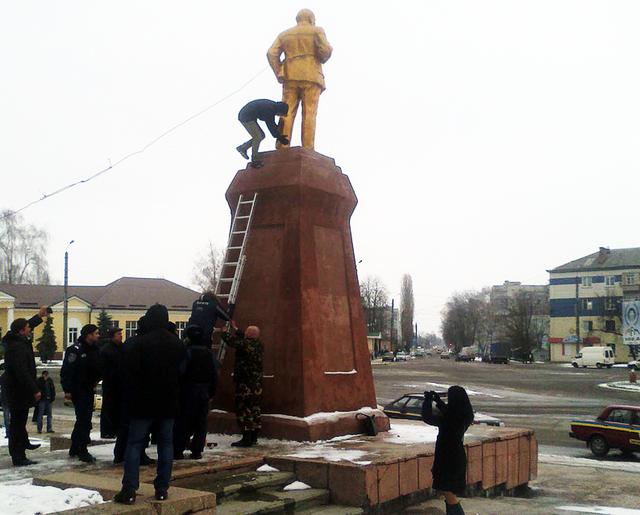 Повалили Леніна в Охтриці Сумщина фото