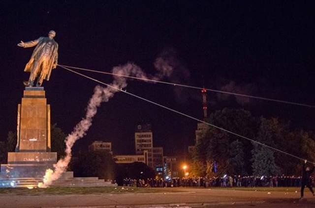 Пам'ятник Леніну в Харкові повалили з другої спроби