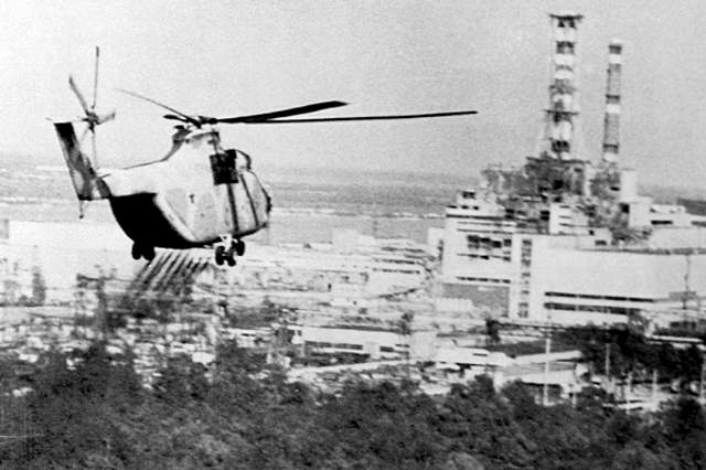 Ліквідація аварії на ЧАЕС вертольоти скидали суміш піску бору свинцю глини