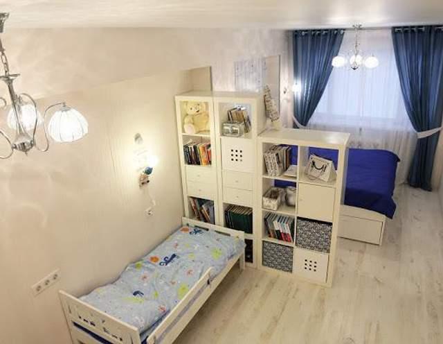 Детскую зону в этой квартире отделили условной перегородкой