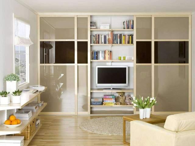 В маленьких квартирах делают встроенную мебель до потолка