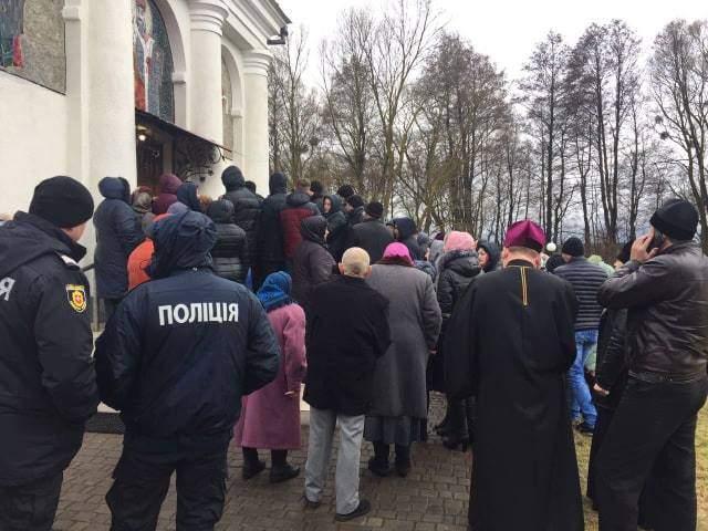 Вірянам у Сестрятині заблокували вхід до храму ПЦУ