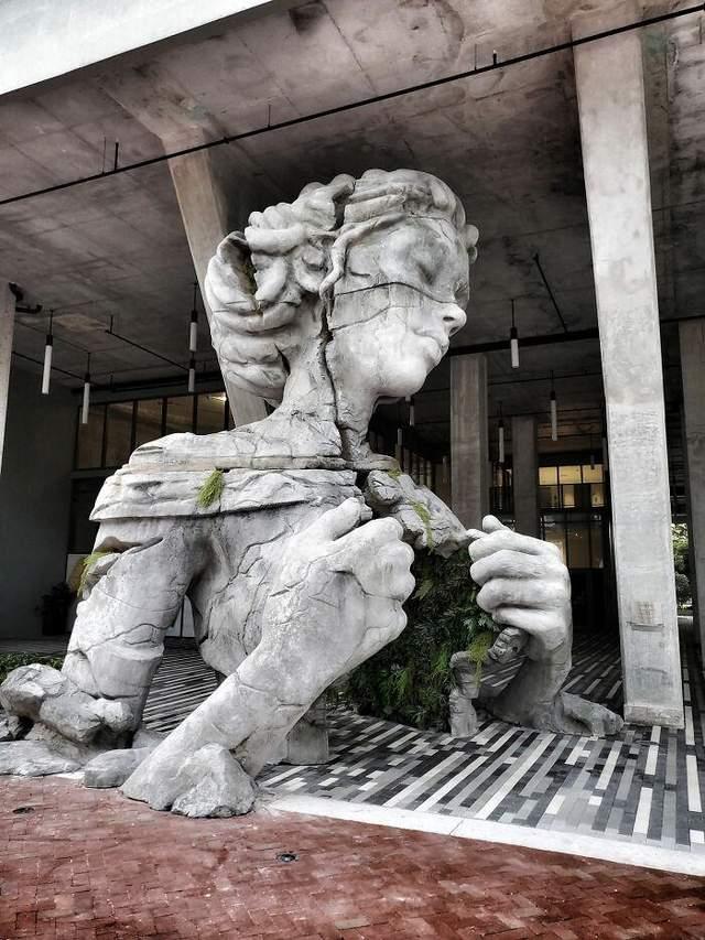 Статуя имеет высоту более 9 метров