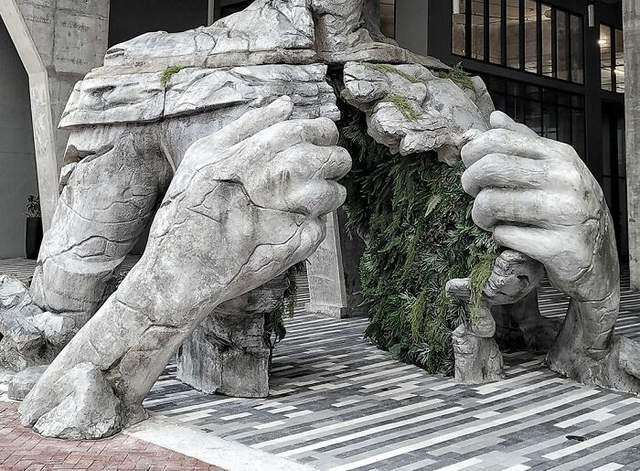 Сквозь скульптуру спокойно может пройти человек