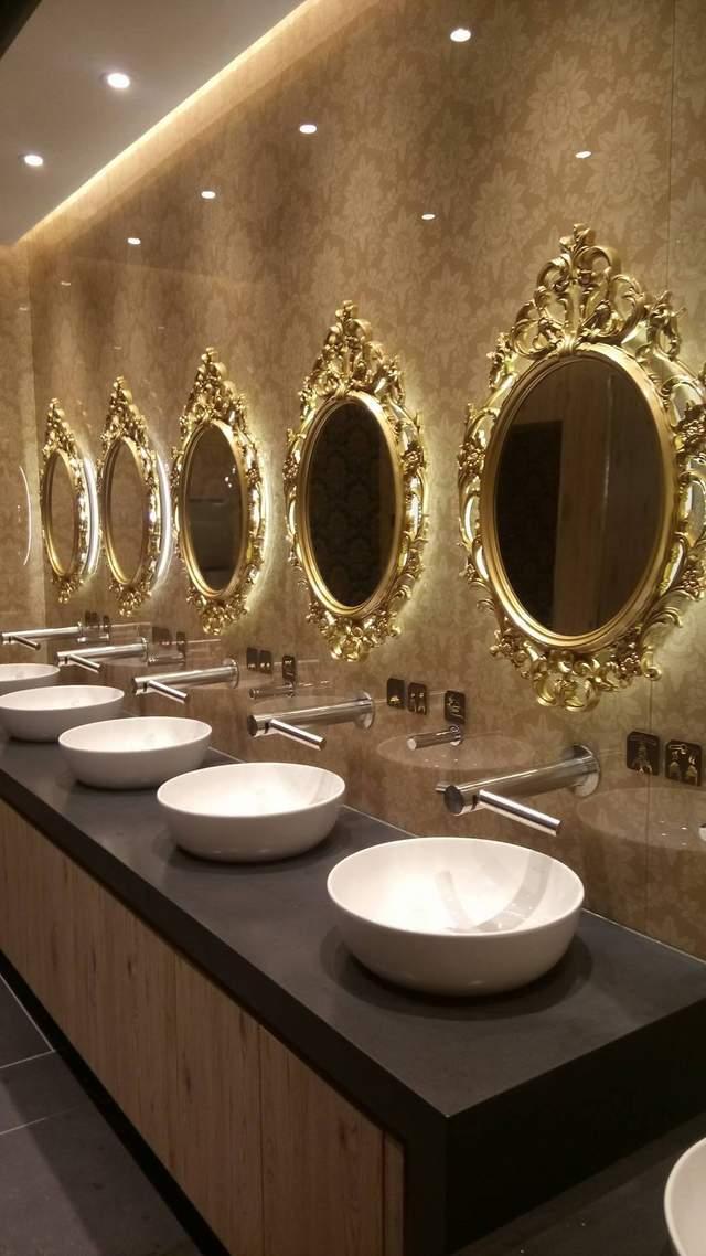 Зеркала в золотых рамах