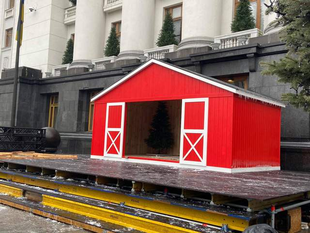 В Киеве возле Офиса президента установили большую карусель