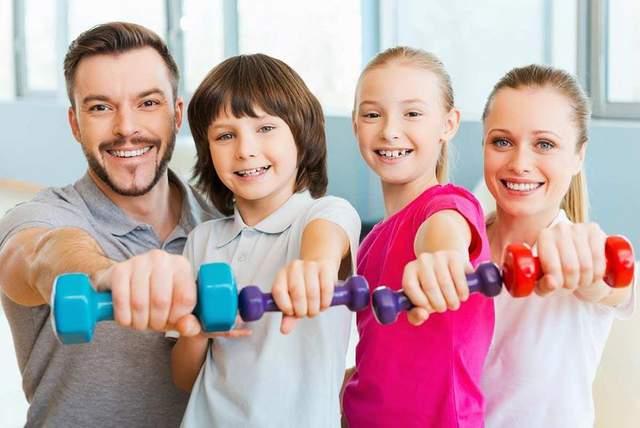 Показывайте детям пример того, что тренироваться приятно и полезно