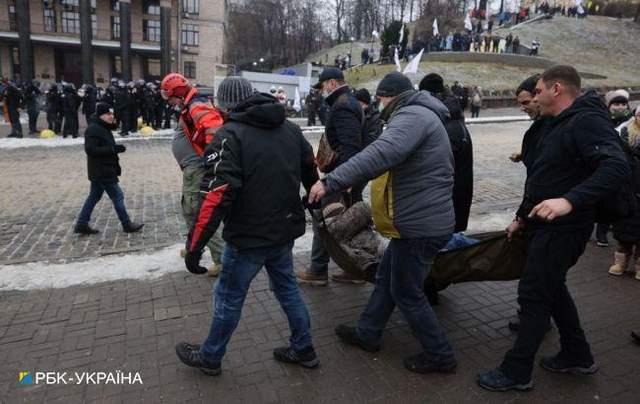 Чоловіка забрали на ношах / Фото РБК-Україна