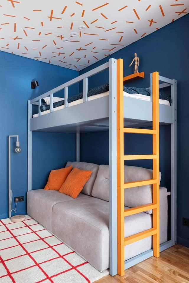 Детская комната с оранжевым декором потолка