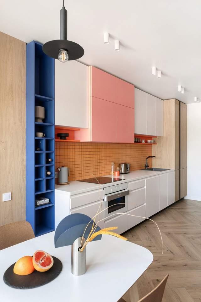 В квартире много синих и розовых акцентов