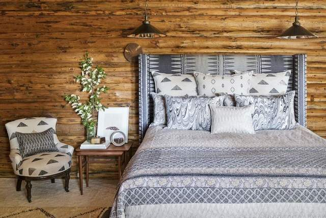 У спальні використали характерні місцеві тканини й візерунки