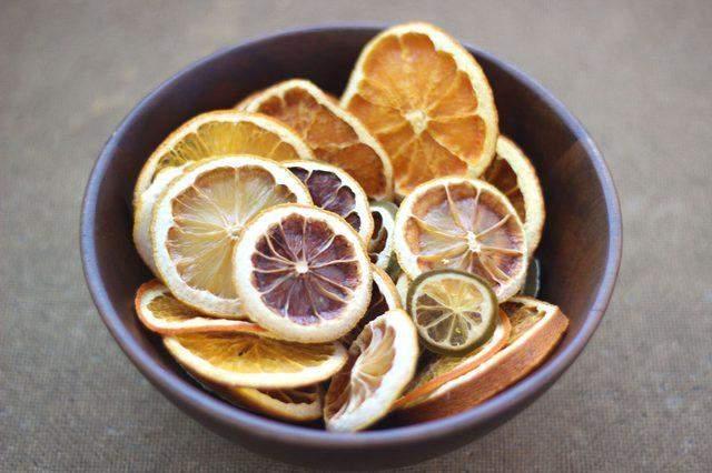 Кусочки фруктов в миске можно использовать как самостоятельный декор