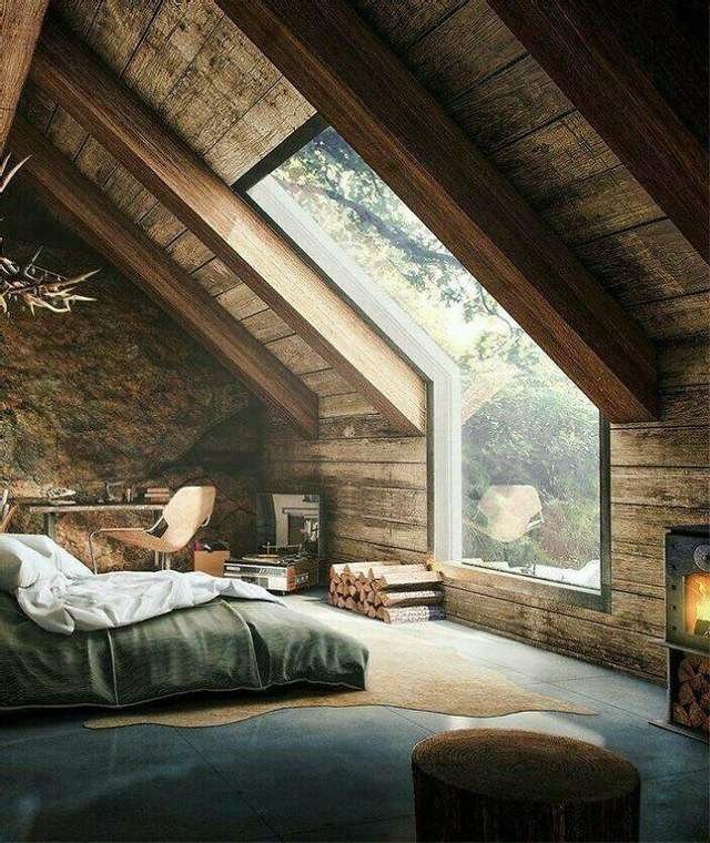Уютный интерьер комнаты под крышей
